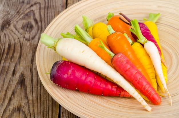 Carottes de ferme biologiques fraîches de différents types et couleurs
