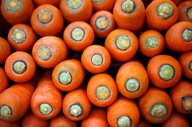 Carottes fraîches crues en supermarchés