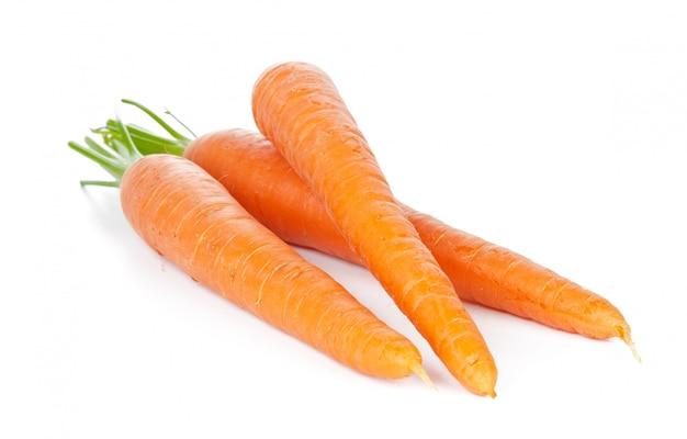 Carottes isolées. tas de carottes fraîches avec des tiges isolées