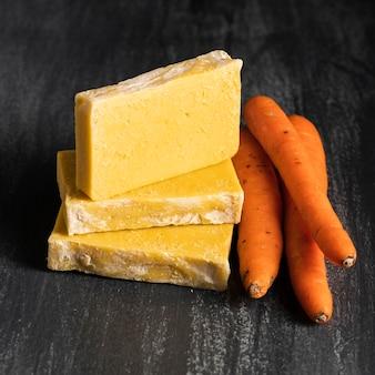 Carottes et savon de carottes vue de face