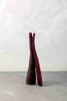 Carottes violettes sur fond gris concept légumes diététiques sains pour perdre du poids