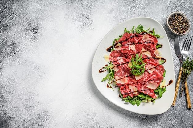 Carpaccio de bœuf italien avec salade de roquette, parmesan
