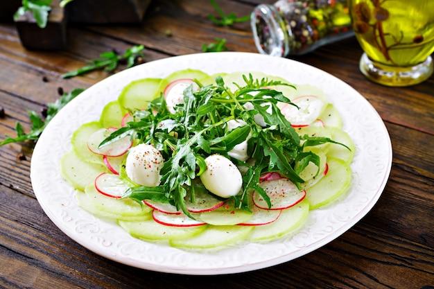 Carpaccio de radis avec roquette, mozzarella et sauce. la nourriture saine. salade daikon