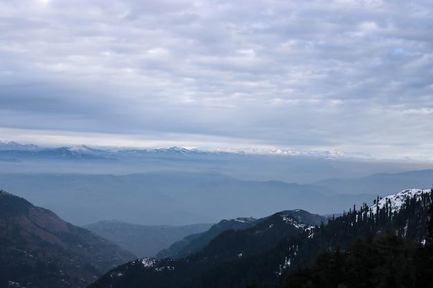 Carpathes doigts de neige ciel de montagne