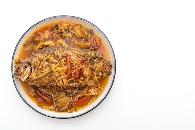 Carpe bouillie avec laitue marinée