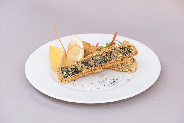 Carpe grillée, servie avec du citron et décorée de radis et de feuilles fraîches, backgro léger