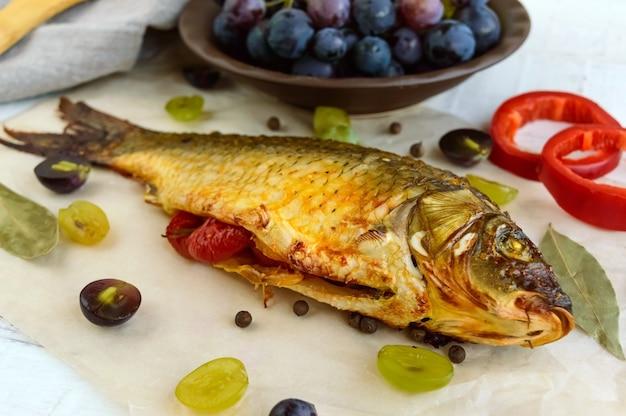 Carpe de poisson au four, poivrons farcis et raisins