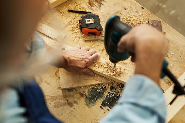 Carpenter drilling wood vue de dessus