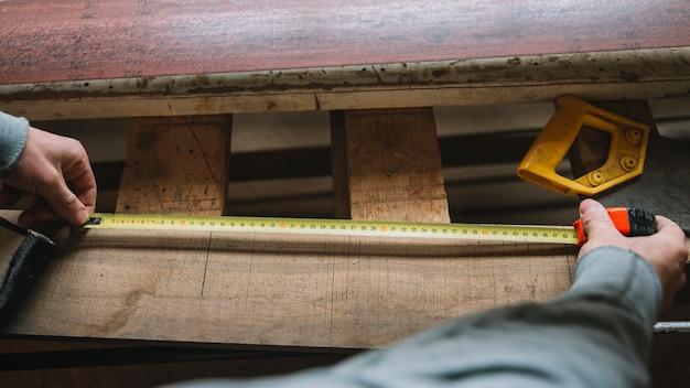 Carpenter mesurant