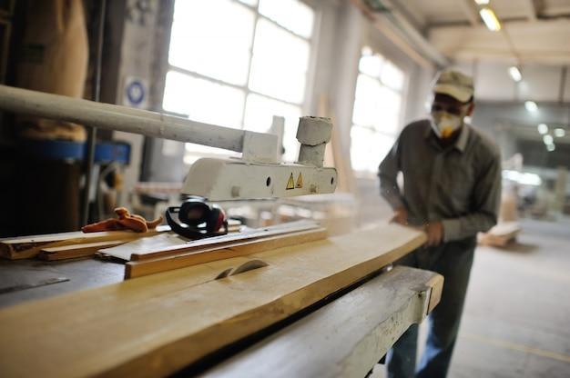 Carpenter scie une planche une scie circulaire