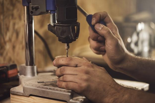 Carpenter travaille sur la perceuse
