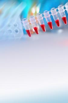 Carré scientifique en bleu et rouge