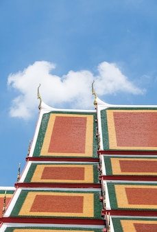 Carreau de faïence coloré sur le toit de l'église thaïlandaise.