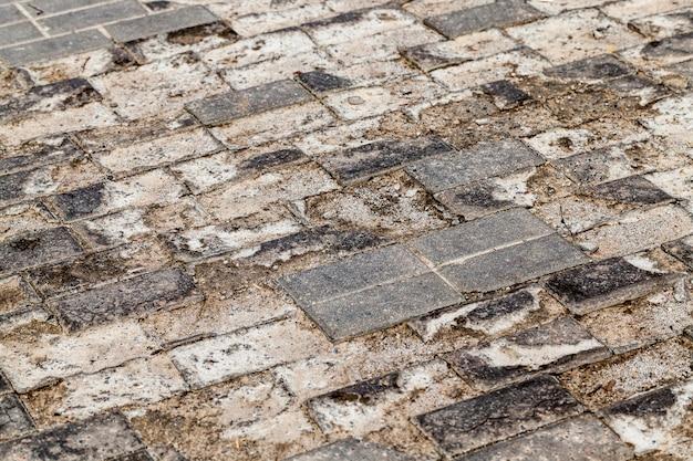 Les carreaux de béton sur la route ont commencé à s'effondrer sous l'influence des conditions naturelles