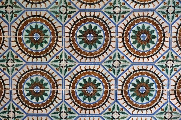 Carreaux de céramique mauresque dans les murs d'un palais. séville, andalousie, espagne.