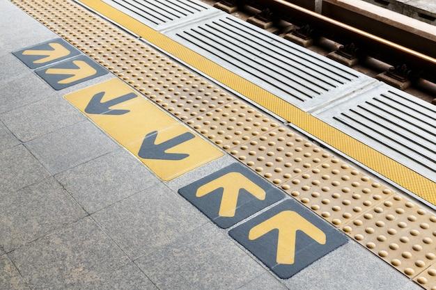 Carreaux de sol aveugles sur la plate-forme de la gare