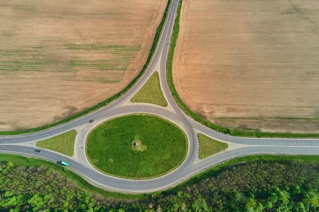 Carrefour de cercle parmi des champs dans l'infrastructure de transport de vue aérienne de campagne