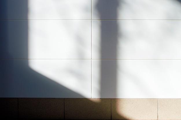 Carrelage blanc éclairé par une lumière de fenêtre