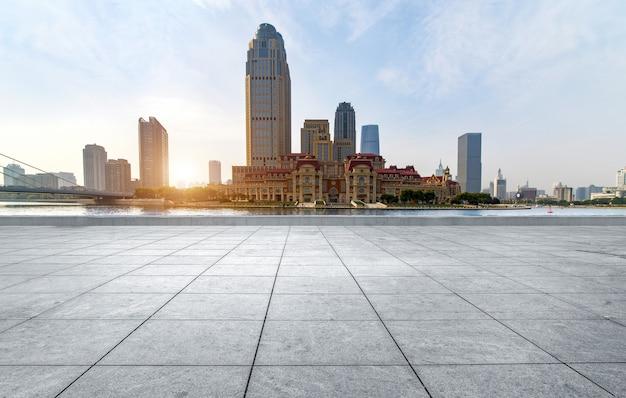 Carrelage vide et horizon urbain, chine tianjin.