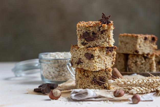 Carrés d'avoine au chocolat. barres diététiques. boulangerie saine pour le petit déjeuner ou le dessert.