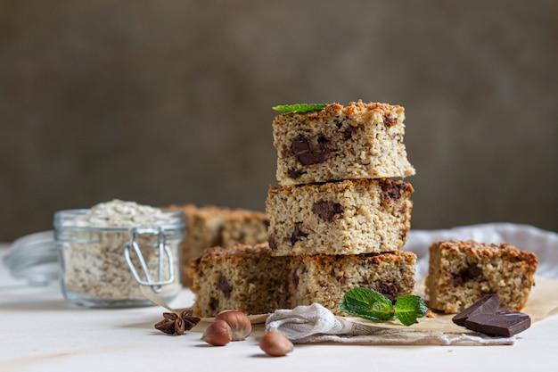 Carrés d'avoine au chocolat, noix, morceaux de chocolat et menthe. boulangerie saine pour le petit déjeuner.