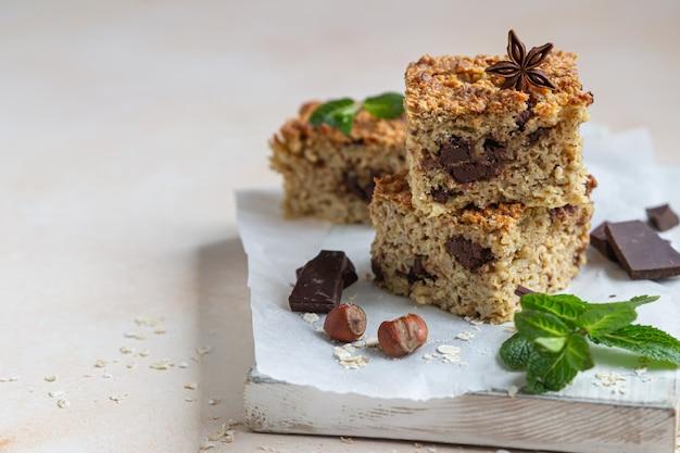 Carrés d'avoine au chocolat, noix, morceaux de chocolat et menthe. petit-déjeuner ou dessert sain.