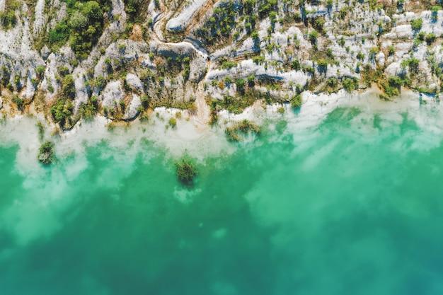 Carrière de gypse inactive. dans la carrière est un lac aux eaux bleues