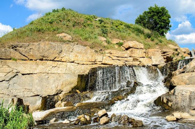 Carrière industrielle de granit inondée avec cascades