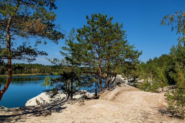 La carrière de korostyshevsky a inondé la carrière de granit à la périphérie de la ville de korostyshev dans la région de jytomyr, une attraction touristique. la labradorite, le gabbro et le granit gris ont été extraits ici. paysage o