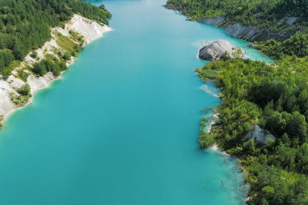 Carrière de montagne abandonnée. les chantiers miniers sont remplis d'eau d'une couleur bleu profond. vue aérienne