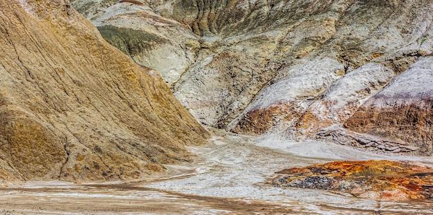 Carrières d'argile réfractaire de l'oural. nature des montagnes de l'oural