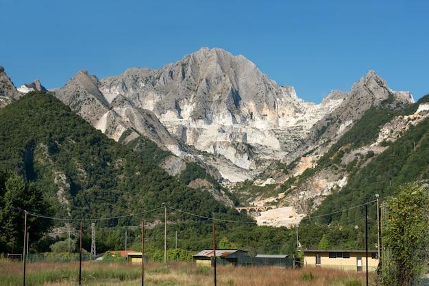 Carrières de marbre de carrare et grottes de montagne