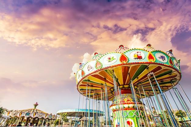 Carrousel. les chevaux sur un carnival merry go round.