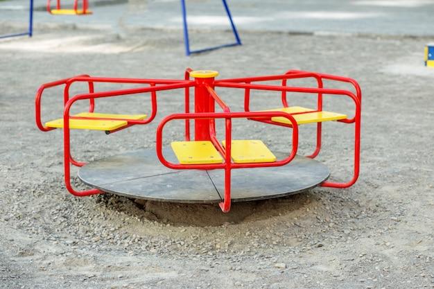 Carrousel rouge dans la cour de récréation