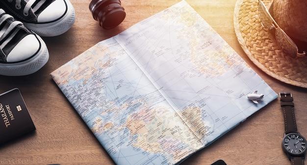 Carte et accessoires pour le tourisme sur fond de bois