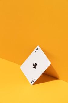 Carte ace sur fond jaune