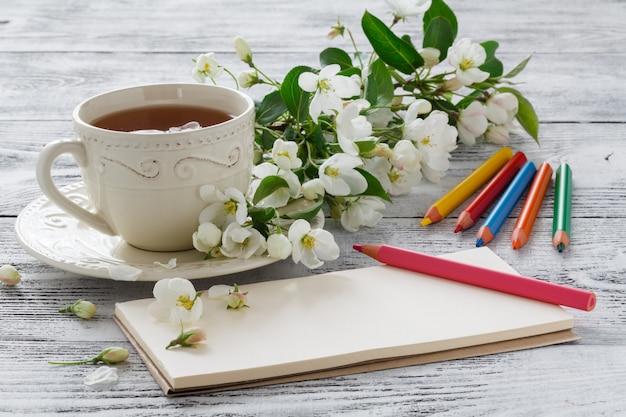 Carte d'amour en bouquet d'été de pomme en fleurs et de thé en tasse de thé en chine