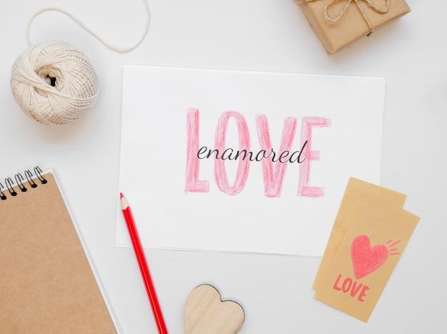 Carte d'amour et crayon à plat