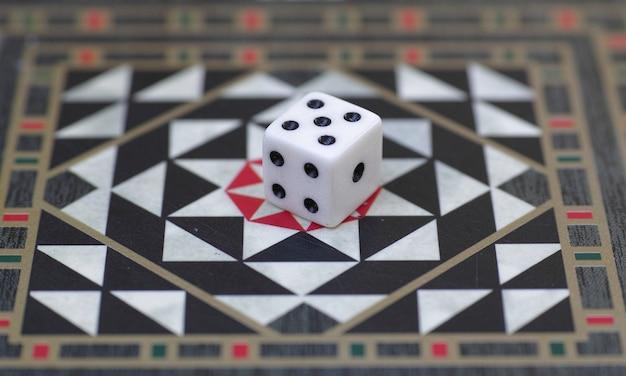 Carte de backgammon et dés