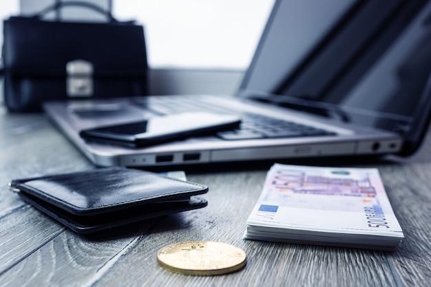 Carte bancaire ordinateur portable smartphone euro