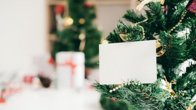 Carte blanche vide sur l'arbre de noël.