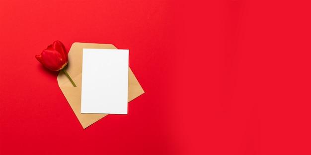 Carte blanche vierge avec maquette de modèle d'enveloppe en papier brun kraft