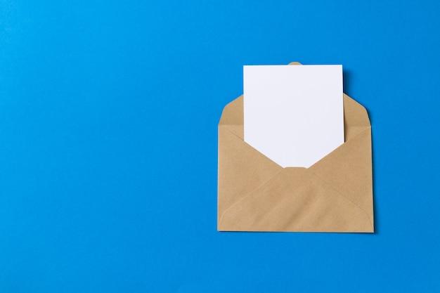 Carte blanche vierge avec modèle d'enveloppe en papier kraft brun simulé