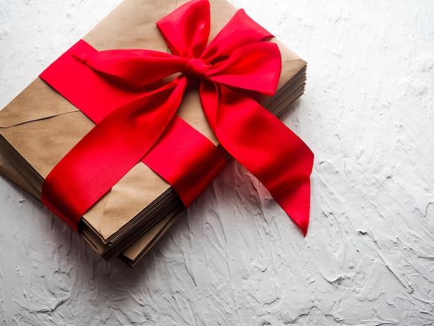 Carte-cadeau avec un ruban rouge sur blanc