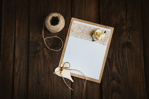 Carte en carton avec fleur