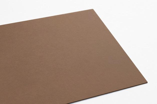 Carte de carton vierge isolé sur blanc. fermer la vue rendu 3d.