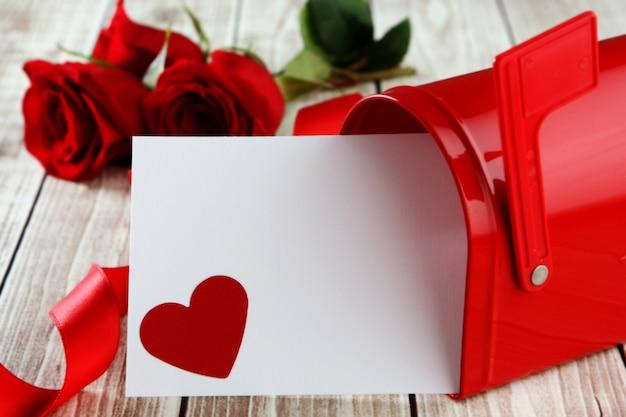 Carte avec un cœur sortant de la boîte aux lettres