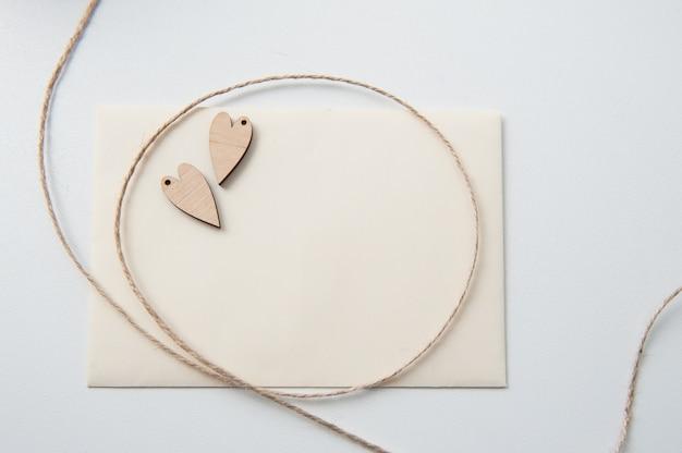 Carte avec coeurs en bois et corde