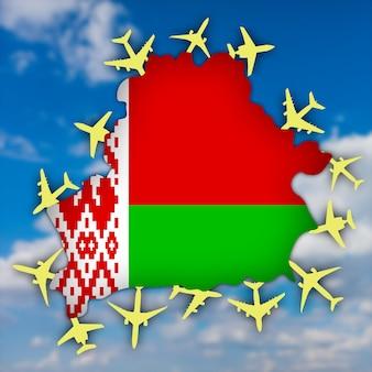 Carte de contour et drapeau de la biélorussie entourés d'avions jaunes sur fond de ciel.