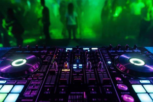 Carte contrôleur de mixage dj pour mixage professionnel de musique électronique dans une discothèque